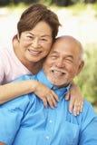 Pares mayores que se relajan en jardín junto Imagen de archivo