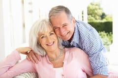Pares mayores que se relajan junto en el sofá fotografía de archivo