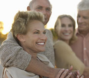 Pares mayores que se relajan junto en la playa Fotografía de archivo libre de regalías
