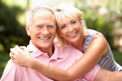 Pares mayores que se relajan junto en parque Fotografía de archivo libre de regalías