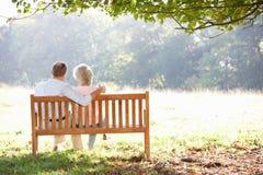 Pares mayores que se sientan al aire libre Imágenes de archivo libres de regalías