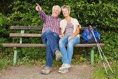 Pares mayores que se sientan en banco Imagen de archivo libre de regalías