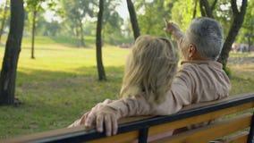 Pares mayores que se sientan en el banco, atracción turística de observación lejos, viaje almacen de video