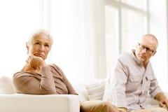 Pares mayores que se sientan en el sofá en casa Imagen de archivo