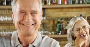 Pares mayores que sonríen en el café 4k almacen de metraje de vídeo