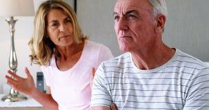 Pares mayores que tienen una discusión en dormitorio almacen de metraje de vídeo
