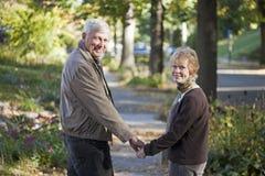 Pares mayores que toman una caminata Imágenes de archivo libres de regalías