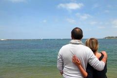 Pares mayores que viajan a la playa imagen de archivo libre de regalías