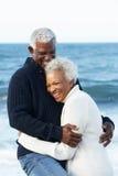 Pares mayores románticos que abrazan en la playa Fotografía de archivo