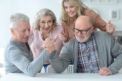 Pares mayores usando el ordenador portátil Fotografía de archivo