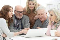 Pares mayores usando el ordenador portátil Foto de archivo libre de regalías