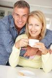 Pares meados de da idade com café em casa imagens de stock