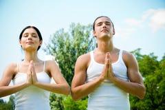 Pares meditating o que ruegan Fotografía de archivo
