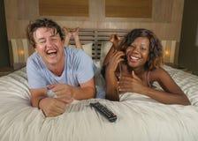 Pares mezclados felices y atractivos jovenes de la pertenencia ?tnica con la mujer afroamericana negra hermosa y el hombre cauc?s fotografía de archivo libre de regalías