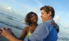 Pares mezclados felices y hermosos de la pertenencia ?tnica con la mujer afroamericana hermosa y el hombre cauc?sico alegre que d fotografía de archivo libre de regalías