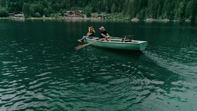Pares milenares felizes no barco no lago alpino video estoque