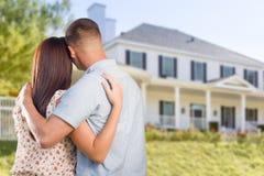 Pares militares que olham a casa nova agradável Imagem de Stock Royalty Free
