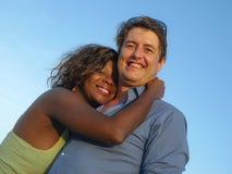 Pares misturados felizes e bonitos da afilia??o ?tnica no amor com o doce de afago da mulher afro-americano bonita e do homem cau fotos de stock royalty free
