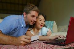 Pares misturados felizes e bonitos novos da afilia??o ?tnica com marido ou noivo caucasiano e esposa ou amiga chinesa asi?tica da imagens de stock royalty free