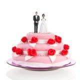 Pares misturados sobre o bolo de casamento Imagens de Stock Royalty Free