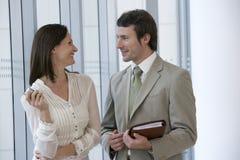 Pares modernos de sorriso do negócio Imagem de Stock Royalty Free