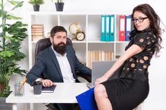 Pares modernos del negocio que trabajan en oficina moderna businesspeople Código de vestimenta formal de la moda Pares del negoci imagenes de archivo