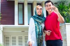 Pares muçulmanos asiáticos que movem-se na casa Fotos de Stock