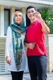 Pares muçulmanos asiáticos que movem-se na casa Fotos de Stock Royalty Free