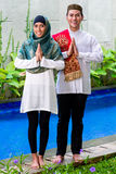 Pares muçulmanos asiáticos que vestem o vestido tradicional Fotografia de Stock Royalty Free