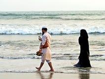 pares muçulmanos na praia, feira de Coxs imagem de stock royalty free