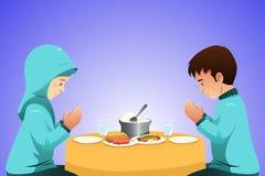 Pares muçulmanos que comem antes da refeição Fotos de Stock Royalty Free