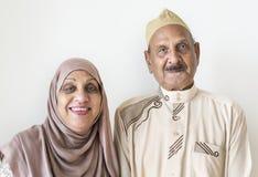 Pares muçulmanos superiores no vestido tradicional em casa foto de stock royalty free