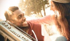 Pares multirraciales al principio de la música que escucha de la historia de amor foto de archivo