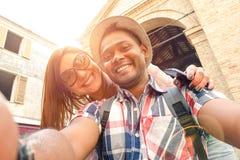 Pares multirraciales que toman el selfie en el viejo viaje del viaje de la ciudad Fotografía de archivo libre de regalías