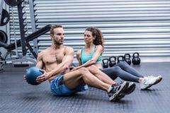 Pares musculares que hacen ejercicio abdominal de la bola Fotografía de archivo libre de regalías