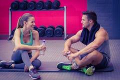 Pares musculares que se sientan que hablan junto Foto de archivo