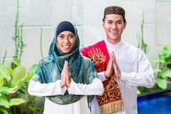Pares musulmanes asiáticos que llevan el vestido tradicional Imágenes de archivo libres de regalías