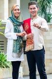 Pares musulmanes asiáticos que llevan el vestido tradicional Imagenes de archivo