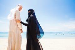 Pares musulmanes en una playa Imagenes de archivo