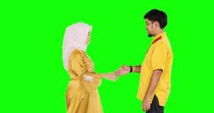 Pares musulmanes jovenes que perdonan el uno al otro almacen de video