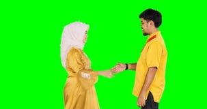 Pares musulmanes que perdonan el uno al otro almacen de metraje de vídeo