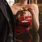 Pares na barra com bebidas. Imagem de Stock