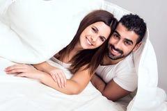 Pares na cama Foto de Stock Royalty Free