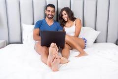 Pares na cama Imagens de Stock Royalty Free