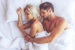 Pares na cama Fotos de Stock Royalty Free