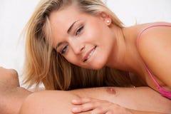 Pares na cama com sexo e afeição Fotografia de Stock
