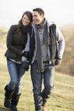 Pares na caminhada romântica do país no inverno Fotografia de Stock