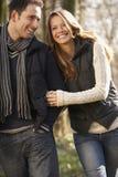 Pares na caminhada romântica no inverno Fotografia de Stock