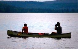 Pares na canoa Imagens de Stock