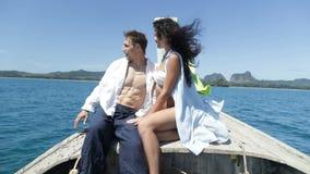 Pares na conversa do nariz do barco de Tailândia, no Guy Point Hand, no homem feliz e na comunicação do turista da mulher filme
